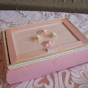 Rózsaszín kis tükrös doboz, Ékszerdoboz, Ékszertartó, Ékszer, Mindenmás, A szép fadoboz oldala rózsaszín textillel, díszcsíkkal,- teteje szalaggal, virágokkal, csipkével dís..., Meska
