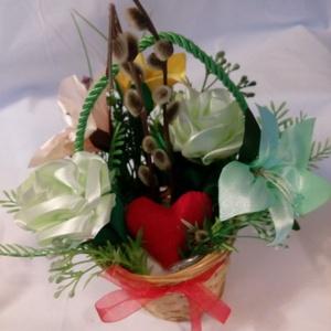 Szíves virágkosár, Otthon & Lakás, Dekoráció, Asztaldísz, Varrás, Szép fonott kosárban szalagból varrt virágok pasztell színekben. A virágok egy piros szívet rejtenek..., Meska