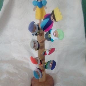 Hófehérke  ujjbábok ágas tartón, Játék & Gyerek, Bábok, Ujjbáb, Famegmunkálás, Varrás, A 7 különböző törpe, Hófehérke és a királyfi a fából készült ágas tartón. A 9 ágú tartó igényes famu..., Meska