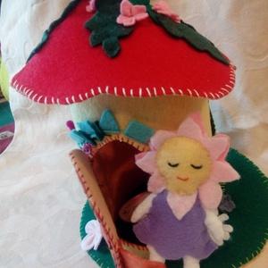 Tündérház, Játék & Gyerek, Baba & babaház, Babaház, Varrás, Szép gyapjúfilcből varrtam egy kis virágtündért és neki egy virágházat. A ház teteje levehető, ajtaj..., Meska