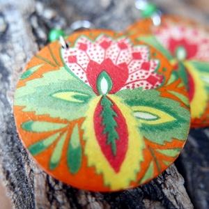 Nyár virága - fa fülbevaló, zöld fa gyönggyel, Ékszer, Lógós kerek fülbevaló, Fülbevaló, Fából készült, narancs színűre festett, élénk színű virággal ékesített, kerek fülbevaló. Két oldalán..., Meska
