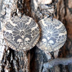 Keleti fülbevaló - fa fülbevaló két gyönyörű mintával, Ékszer, Lógós kerek fülbevaló, Fülbevaló, Fából készült, natúr színű, keleti mintával díszített, kerek fülbevaló. Kettő az egyben ékszer! Két ..., Meska