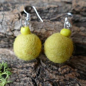 Citrom csepp - nemezelt fülbevaló fa gyönggyel, Lógós fülbevaló, Fülbevaló, Ékszer, Ékszerkészítés, Nemezelés, Egy csepp frissítő citrom...\n\n A fülbevalót citromsárga színű gyapjúból készítettem, fa gyönggyel dí..., Meska