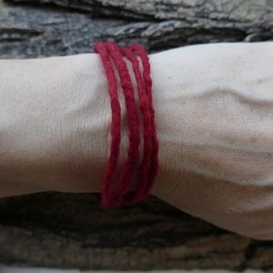 Védő nemez lánc - nemezelt karkötő, Ékszer, Bokalánc, lábgyűrű, Nyaklánc, Karkötő, Nemezelés, A legfinomabb, puha merinót gyapjúból nemezeltem ezt a sötét piros láncot. A természetes anyagú, szí..., Meska