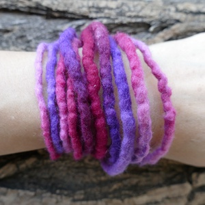 Lila- pink nemez lánc - nemezelt karkötő, nyaklánc, bokalánc, hajdísz..., Ékszer, Bokalánc, lábgyűrű, Nyaklánc, Karkötő, Nemezelés, Puha merinót gyapjúból nemezeltem ezt a hosszú láncot. A telt lila és pink színek kavalkádja egy iga..., Meska