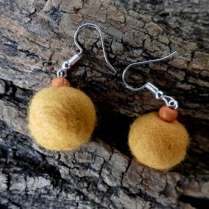 Napfényes csepp - nemezelt fülbevaló fa gyönggyel, Lógós fülbevaló, Fülbevaló, Ékszer, Ékszerkészítés, Nemezelés,  A fülbevalót világos narancs árnyalatú gyapjúból nemezeltem, narancs színű fa gyönggyel díszítettem..., Meska