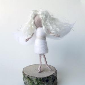 Hófehér angyal, tündér- gyapjúból nemezelt baba, dekoráció, Otthon & Lakás, Karácsony & Mikulás, Karácsonyi dekoráció, Baba-és bábkészítés, Nemezelés, Hófehér angyal ragyogóan tiszta, fehér, egyszerű ruhát visel, pasztell színű övvel. Haja természetes..., Meska
