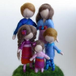 A mi családunk - gyapjúból készült család személyre szabottan, üveg búrában (BoheMina) - Meska.hu