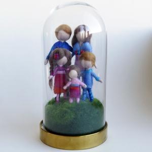 A mi családunk - gyapjúból készült család személyre szabottan, üveg búrában, Otthon & Lakás, Dekoráció, Díszüveg, Baba-és bábkészítés, Nemezelés, Egyedi megrendelés alapján, személyre szabottan, fénykép alapján készítem a család tagjait megjelení..., Meska