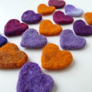 Narancs-lila szívek - gyapjúból nemezelt szív, dekoráció, Dekoráció, Otthon & lakás, Ünnepi dekoráció, Dísz, Nemezelés, Színes szívek gyapjúból nemezelve. \nCérnaszálra fűzve vidám dekoráció.\nLehet belőle fülbevalót, medá..., Meska