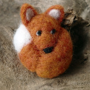 Erdei gombóc róka - gyapjúból nemezelt figura, Dekoráció, Otthon & lakás, Dísz, Játék, Gyerek & játék, Játékfigura, Baba-és bábkészítés, Nemezelés, Puha gyapjúból készítettem ezt a pici rókát. Kiválóan alkalmas szerepjátékhoz, mesékhez, bábozáshoz...., Meska