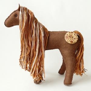 Csoki - gyapjúfilc lovacska, színes pamut sörénnyel, Játék, Gyerek & játék, Játékfigura, Baba-és bábkészítés, Varrás, Csoki lovacska fiúknak és lányoknak is ideális játszótárs. :)\nCsoki színű gyapjúfilcből varrtam, mel..., Meska