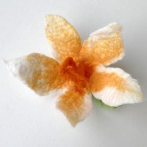 Narancsvirág - gyapjúból nemezelt kitűző, hajbavaló, táskadísz, Dekoráció, Otthon & lakás, Ékszer, Táska, Divat & Szépség, Nemezelés, Ékszerkészítés, Puha merinói gyapjúból nemezeltem ezt a virágot. A sárga gyapjúk közül két narancsos árnyalatot és p..., Meska
