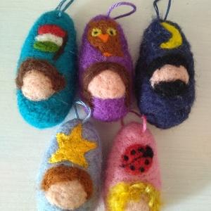 Ovis manók - nemezelt, waldorf marokmanók, akasztóval, Manó, Plüssállat & Játékfigura, Játék & Gyerek, Baba-és bábkészítés, Nemezelés, Ovisoknak készítettem ezeket a pici, gyermekkézbe illő manókat, csupa puha gyapjúból és lágy selyemb..., Meska