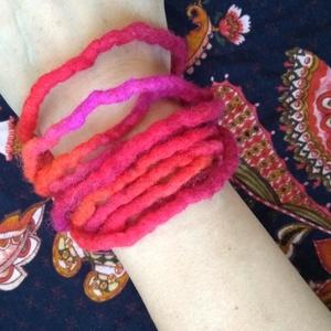 Pink- piros nemez lánc - nemezelt karkötő, nyaklánc, bokalánc, hajdísz..., Ékszer, Bokalánc, lábgyűrű, Nyaklánc, Karkötő, Nemezelés, Puha merinót gyapjúból nemezeltem ezt a hosszú láncot. A telt piros és pink színek kavalkádja egy ig..., Meska