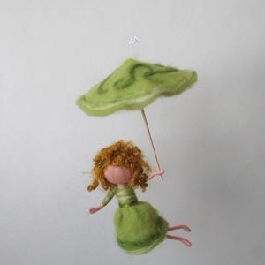 Tavaszi esőtündér - gyapjúból nemezelt tündér hegyikristály gyönggyel, Otthon & lakás, Dekoráció, Dísz, Képzőművészet, Lakberendezés, Baba-és bábkészítés, Nemezelés, Tavaszi eső aranyat ér! :) Jól tudja ezt a zöld tündérke is, és fel is készült apró ernyőjével a hűv..., Meska