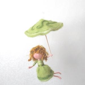 Tavaszi esőtündér - gyapjúból nemezelt tündér hegyikristály gyönggyel, Más figura, Plüssállat & Játékfigura, Játék & Gyerek, Baba-és bábkészítés, Nemezelés, Tavaszi eső aranyat ér! :) Jól tudja ezt a zöld tündérke is, és fel is készült apró ernyőjével a hűv..., Meska