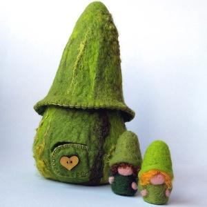 Zöld manó ház - gyapjúból nemezelt házikó, két manóval, Játék & Gyerek, Szerepjáték, Nemezelés, Baba-és bábkészítés, Ez a természetes anyagú és színű, kézzel készült játék szuper ajándék, és nem utolsó sorban a gyerek..., Meska