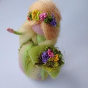 Tavasz váró tündér - gyapjúból nemezelt tündér, dekoráció, selyemmel, Otthon & Lakás, Dekoráció, Asztaldísz, Baba-és bábkészítés, Nemezelés, Ez a tavasztündérke finom, sárga és zöld ruhájában, selyem szálakból készült virágaival vidámságot h..., Meska