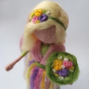 Tavasz tündér - gyapjúból nemezelt tündér, dekoráció, selyemmel, Otthon & Lakás, Dekoráció, Asztaldísz, Baba-és bábkészítés, Nemezelés, Ez a tavasztündérke finom, rózsaszín és zöld ruhájában, selyem szálakból készült virágaival vidámság..., Meska