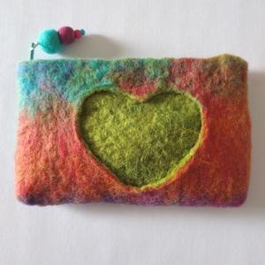 Szerelmes színek- egyedi, nemezelt pénztárca, cipzárral, gyapjú és fa gyönggyel, Táska & Tok, Pénztárca & Más tok, Pénztárca, Nemezelés, Varrás,  Egyedi, bohém pénztárca, hagyományos technikával, kézzel nemezelve puha gyapjúból, selyemmel. A tar..., Meska