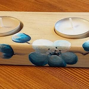 4-es natúr gyertyatartó festett kék virágokkal - fából készült gyertyatartó akril virágokkal, Otthon & lakás, Lakberendezés, Gyertya, mécses, gyertyatartó, Festett tárgyak, 31x7,5 cm-es, 1,5 cm magas gyertyatartó, súlya: 290gr. 4db kerek pici mécses kap helyet ebben a puha..., Meska