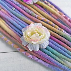 Pasztell raszta, gyapjúraszta virágokkal bohém raszta szett (bohofreelucy) - Meska.hu