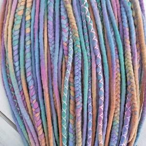 Gyapjú raszta szett / pasztell szivárvány színű kétvégű műraszta / 30 duplaszálas szett / fonott raszta (bohofreelucy) - Meska.hu