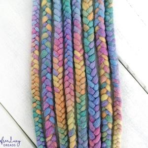 Pasztell szivárvány színű fonott gyapjú szett fesztiválra / Unikornis 4 fonott duplaszál, Táska, Divat & Szépség, Ruha, divat, Hajbavaló, Nemezelés, Pasztell szivárvány színű merinó gyapjúból nemezelés technikával készítettem ezt a szettet.\n\nA szett..., Meska