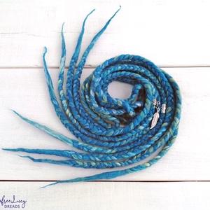 Kék-zöld multicolor színű fonott gyapjú szett fesztiválra / 4 fonott duplaszál, Táska, Divat & Szépség, Ruha, divat, Hajbavaló, Nemezelés, Kék-zöld multicolor színű merinó gyapjúból nemezelés technikával készítettem ezt a szettet.\n\nA szett..., Meska