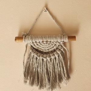 THIRA mini makramé faldísz szüke-ezüst színben újrahasznosított fonálból INGYENES SZÁLLÍTÁS, Otthon & lakás, Dekoráció, Dísz, Lakberendezés, Lakástextil, Falvédő, Csomózás, Mini makramé faldísz újrahasznosított fonálból bambusz rúdon. Boho hangulatú otthondísz, ajándéknak ..., Meska