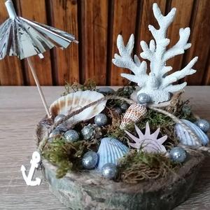 Tengeri kagylós asztaldísz - nyári dekor, Otthon & Lakás, Asztaldísz, Dekoráció, Fa alapra készült dísztárgy (kb. 15 cm. átmérő). Kagylókkal és mohával ragasztottam az alapot, erre ..., Meska