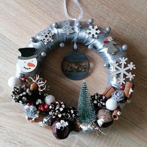 Ezüst ajtókoszorú karácsonyfadísszel - karácsony, tél, ajtódísz, kopogtató, ezüst, szürke, Otthon & Lakás, Karácsony & Mikulás, Karácsonyi kopogtató, Mindenmás, Festett tárgyak, A képeken látható termésekkel és karácsonyi motívumokkal díszített ajtókoszorú remekül díszíti ottho..., Meska