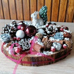 Karácsonyi nyuszis asztaldísz - téli dekor, bordó, fehér, Otthon & Lakás, Karácsony & Mikulás, Karácsonyi dekoráció, Festett tárgyak, Fa alapra készült dísztárgy (kb. 17 cm. átmérő).\nTermésekkel és karácsonyi gömbökkel díszített aszta..., Meska