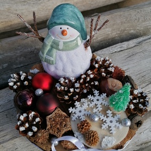 Hóemberes asztaldísz - téli dekor, bordó, fehér, zöld, Karácsony & Mikulás, Karácsonyi dekoráció, Festett tárgyak, Fa alapra készült dísztárgy (kb. 17 cm. átmérő).\nTermésekkel és karácsonyi gömbökkel díszített aszta..., Meska