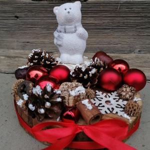 Jegesmedvés asztaldísz - téli dekor, piros, fehér, Karácsony & Mikulás, Karácsonyi dekoráció, Festett tárgyak, Fa alapra készült dísztárgy (kb. 17 cm. átmérő).\nTermésekkel és karácsonyi gömbökkel díszített aszta..., Meska