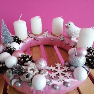 Rózsaszín madárkás adventi koszorú - karácsony, tél, advent, koszorú rózsaszín, Karácsony & Mikulás, Adventi koszorú, Mindenmás, Festett tárgyak, A képeken látható termésekkel és karácsonyi motívumokkal díszített adventi koszorú remekül díszíti o..., Meska