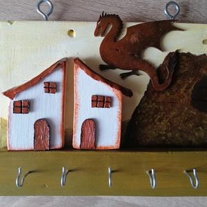 """""""Sárkányos falu"""" kulcstartó, ékszertartó - fali kulcstartó, zöld, barna, egyedi ajándék, Otthon & Lakás, Bútor, Kulcstartó szekrény, Egyedi készítésű falra szerelhető kulcstartó. Hulladék fa újrahasznosításával készített, akril festé..., Meska"""