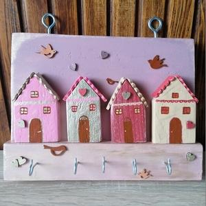 """""""Valentin-napi falu"""" kulcstartó, ékszertartó - fali kulcstartó, rózsaszín, egyedi ajándék, Otthon & Lakás, Bútor, Kulcstartó szekrény, Egyedi készítésű falra szerelhető kulcstartó. Hulladék fa újrahasznosításával készített, akril festé..., Meska"""