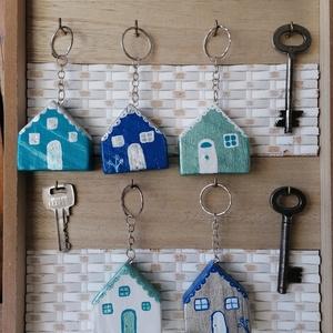 Kék, fehér házikó kulcstartók - egyedi ajándék, Táska & Tok, Kulcstartó & Táskadísz, Kulcstartó, Egyedi készítésű kulcstartók. Hulladék fa újrahasznosításával készített, akril festék felhasználásáv..., Meska