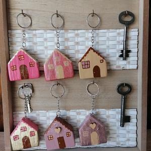 Rózsaszín és sárga pasztellszínű házikó kulcstartók - egyedi ajándék, Táska & Tok, Kulcstartó & Táskadísz, Kulcstartó, Egyedi készítésű kulcstartók. Hulladék fa újrahasznosításával készített, akril festék felhasználásáv..., Meska