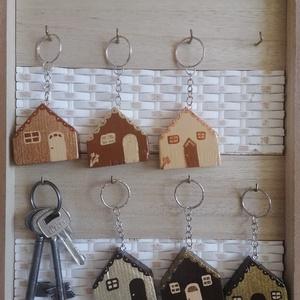 Barna házikó kulcstartók - egyedi ajándék, Táska & Tok, Kulcstartó & Táskadísz, Kulcstartó, Egyedi készítésű kulcstartók. Hulladék fa újrahasznosításával készített, akril festék felhasználásáv..., Meska