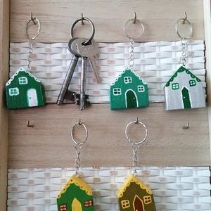 Zöld házikó kulcstartók - egyedi ajándék, Táska & Tok, Kulcstartó & Táskadísz, Kulcstartó, Egyedi készítésű kulcstartók. Hulladék fa újrahasznosításával készített, akril festék felhasználásáv..., Meska