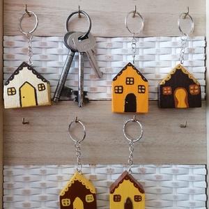 Sárga házikó kulcstartók - egyedi ajándék, Táska & Tok, Kulcstartó & Táskadísz, Kulcstartó, Egyedi készítésű kulcstartók. Hulladék fa újrahasznosításával készített, akril festék felhasználásáv..., Meska