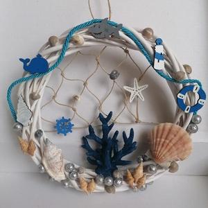 Ajtódísz kék korallal - Nyári dísz, kopogtató, ajtóra, tengeri, Otthon & Lakás, Dekoráció, Ajtódísz & Kopogtató, A képeken látható tengeri motívumokkal díszített ajtókoszorú remekül díszíti otthonunkat a közelgő n..., Meska