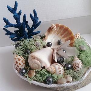 Tengeri asztaldísz kék korallal és kagylókkal - nyári dekor, Otthon & Lakás, Dekoráció, Asztaldísz, Fa alapra készült dísztárgy (kb. 15 cm. átmérő). Kagylókkal és mohával ragasztottam az alapot, erre ..., Meska