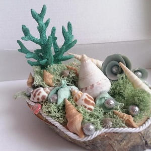 Tengeri asztaldísz türkiz korallal és kagylókkal - nyári dekor, Otthon & Lakás, Dekoráció, Asztaldísz, Fa alapra készült dísztárgy (kb. 15 cm. átmérő). Kagylókkal és mohával ragasztottam az alapot, erre ..., Meska