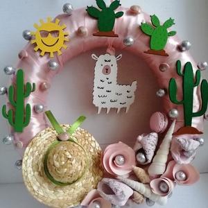 Dél-amerikai ajtódísz, kopogtató alpakával és kaktusszal - nyári dísz, dekor, ajtóra, Otthon & Lakás, Dekoráció, Ajtódísz & Kopogtató, A képeken látható nyári motívumokkal díszített ajtókoszorú remekül díszíti otthonunkat a nyári hónap..., Meska
