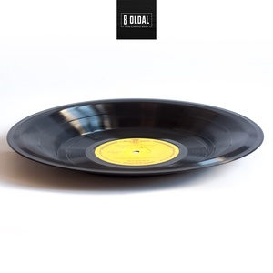 Bakelit tál - 1975 - Vivaldi (sárga címke), Otthon & lakás, Dekoráció, Férfiaknak, Lakberendezés, Tárolóeszköz, Mindenmás, Újrahasznosított alapanyagból készült termékek, Zene hallgatásra már nem alkalmas bakelitlemezből készült egyedi tál.\n\nHasználható többek között az ..., Meska