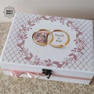 Púder - esküvői pénzátadó doboz dombormintával, Esküvő, Emlék & Ajándék, Nászajándék, Decoupage, transzfer és szalvétatechnika, Festett tárgyak, Elegáns fehér, romantikus pénzátadó doboz, púder rózsaszín alapon dombor mintával, a pár fényképével..., Meska